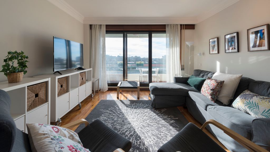 Charming 3BR Flat w/ Free Parking in Devesas by LovelyStay